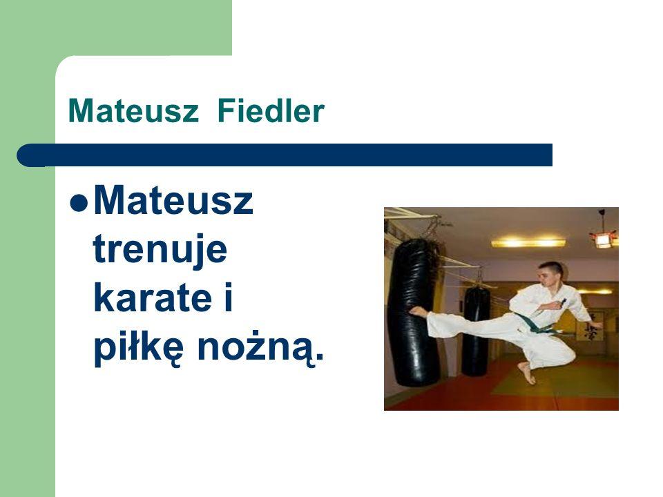 Mateusz trenuje karate i piłkę nożną.