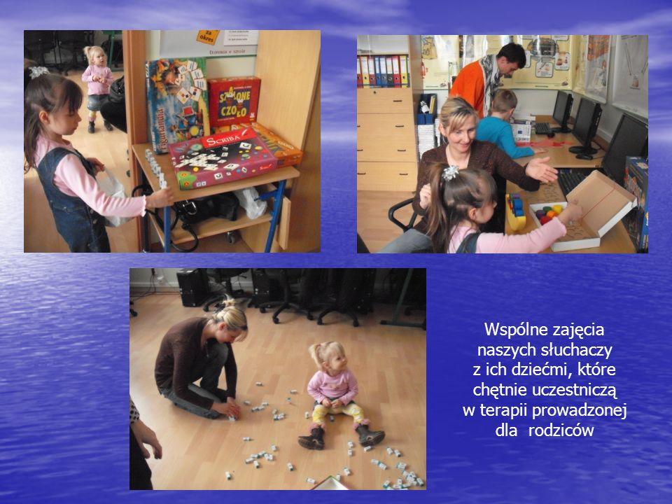 Wspólne zajęcia naszych słuchaczy z ich dziećmi, które chętnie uczestniczą w terapii prowadzonej dla rodziców