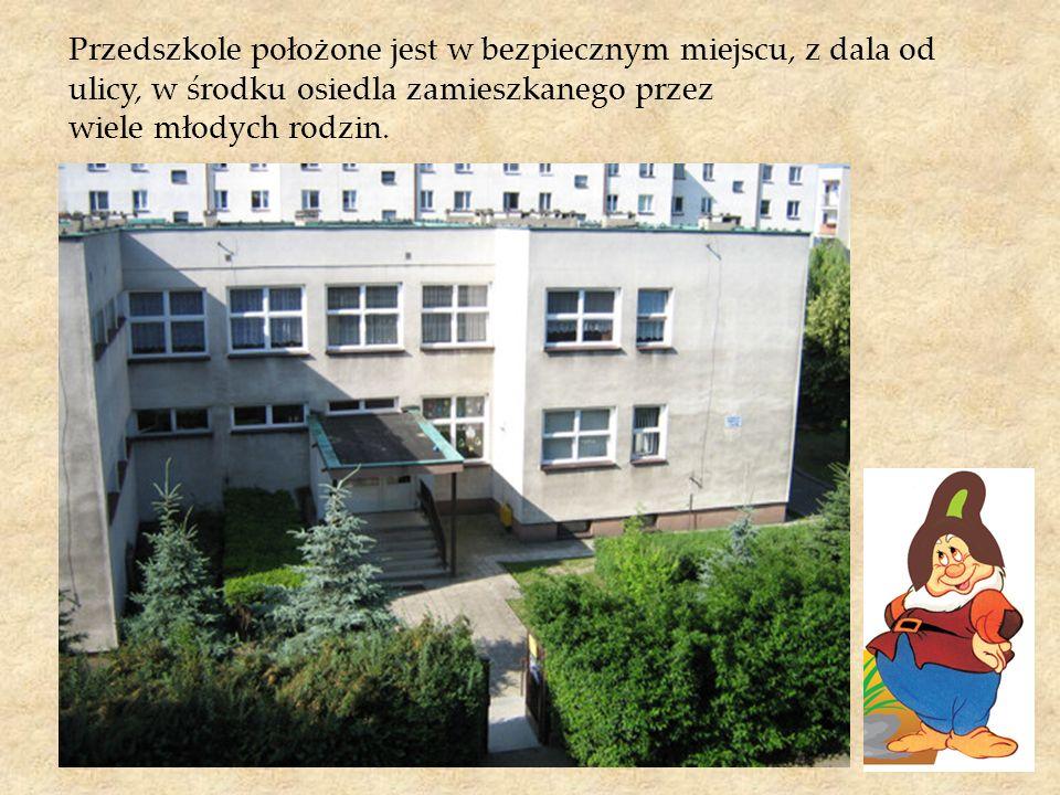 Przedszkole położone jest w bezpiecznym miejscu, z dala od ulicy, w środku osiedla zamieszkanego przez wiele młodych rodzin.