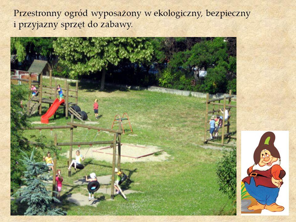 Przestronny ogród wyposażony w ekologiczny, bezpieczny i przyjazny sprzęt do zabawy.
