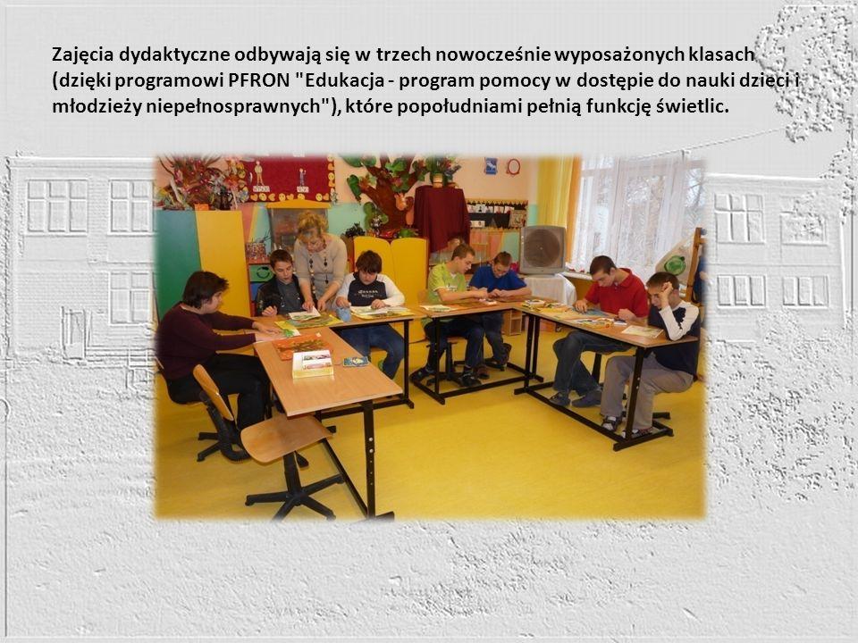 Zajęcia dydaktyczne odbywają się w trzech nowocześnie wyposażonych klasach (dzięki programowi PFRON Edukacja - program pomocy w dostępie do nauki dzieci i młodzieży niepełnosprawnych ), które popołudniami pełnią funkcję świetlic.