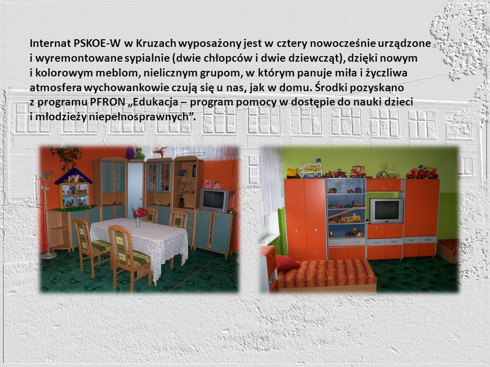 Internat PSKOE-W w Kruzach wyposażony jest w cztery nowocześnie urządzone i wyremontowane sypialnie (dwie chłopców i dwie dziewcząt), dzięki nowym i kolorowym meblom, nielicznym grupom, w którym panuje miła i życzliwa atmosfera wychowankowie czują się u nas, jak w domu.