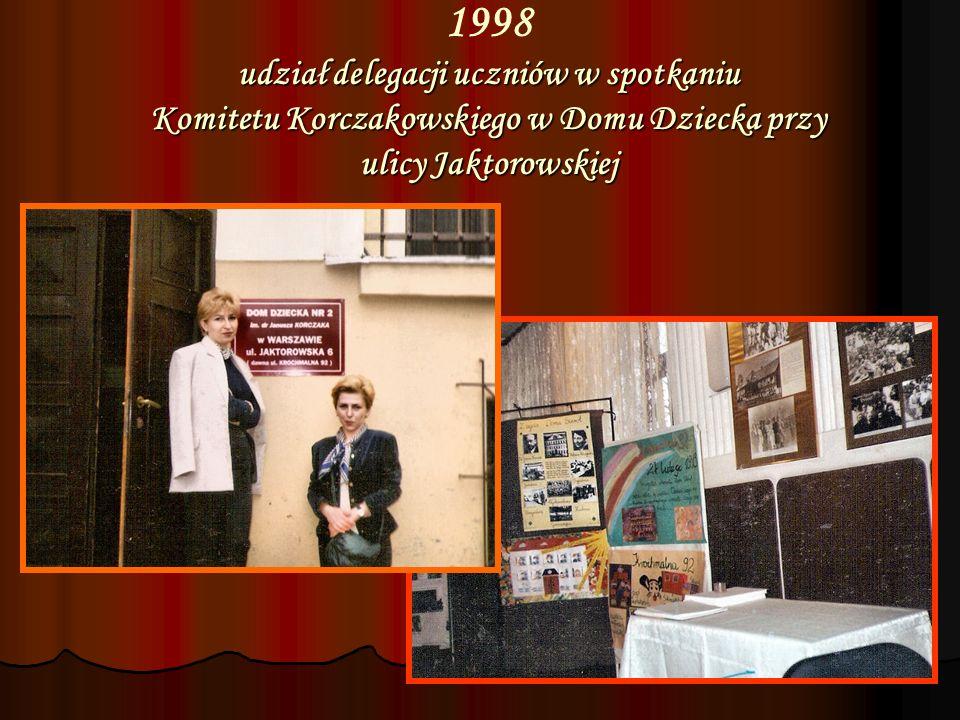1998 udział delegacji uczniów w spotkaniu Komitetu Korczakowskiego w Domu Dziecka przy ulicy Jaktorowskiej
