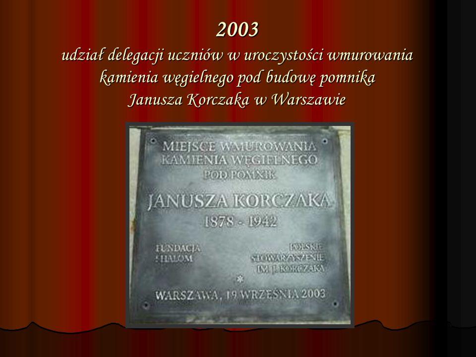 2003 udział delegacji uczniów w uroczystości wmurowania kamienia węgielnego pod budowę pomnika Janusza Korczaka w Warszawie