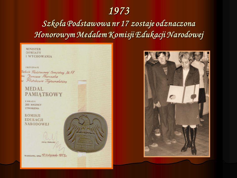 1973 Szkoła Podstawowa nr 17 zostaje odznaczona Honorowym Medalem Komisji Edukacji Narodowej