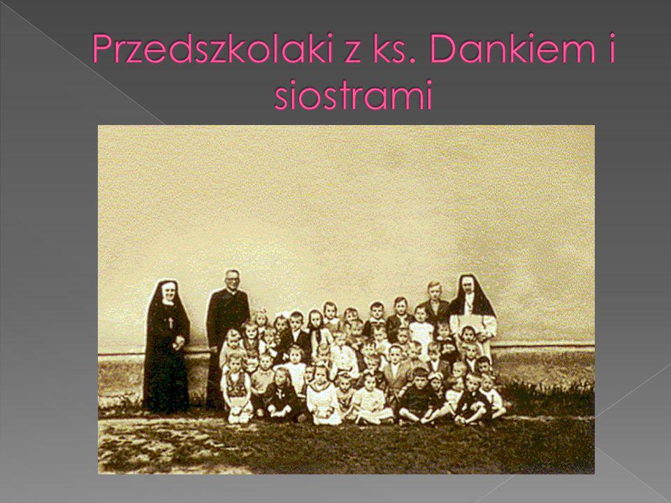 Przedszkolaki z ks. Dankiem i siostrami