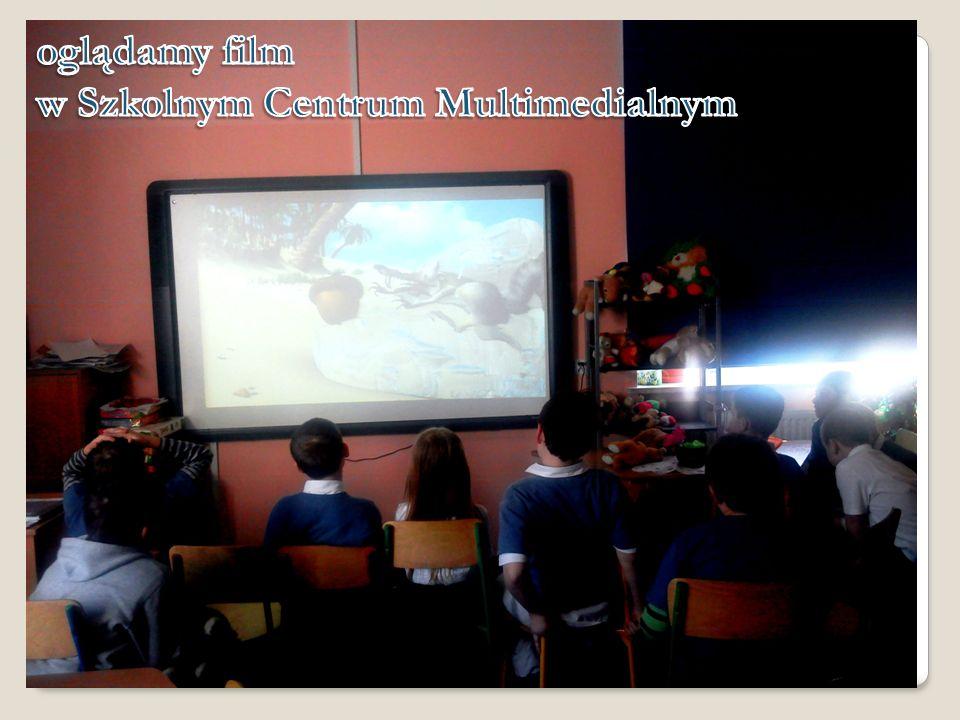 oglądamy film w Szkolnym Centrum Multimedialnym