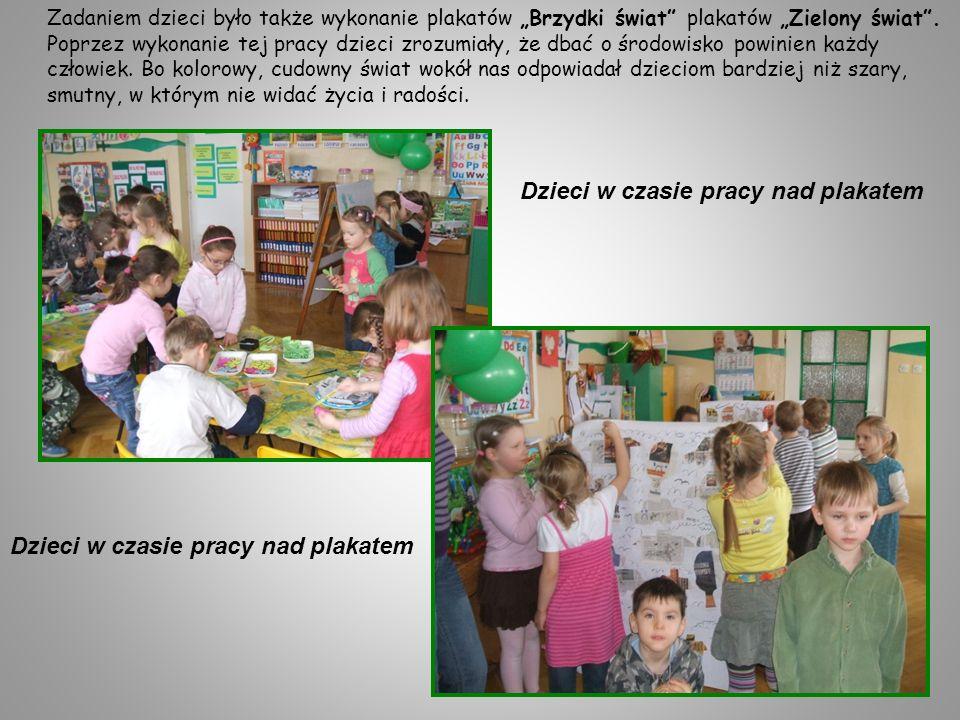 Dzieci w czasie pracy nad plakatem