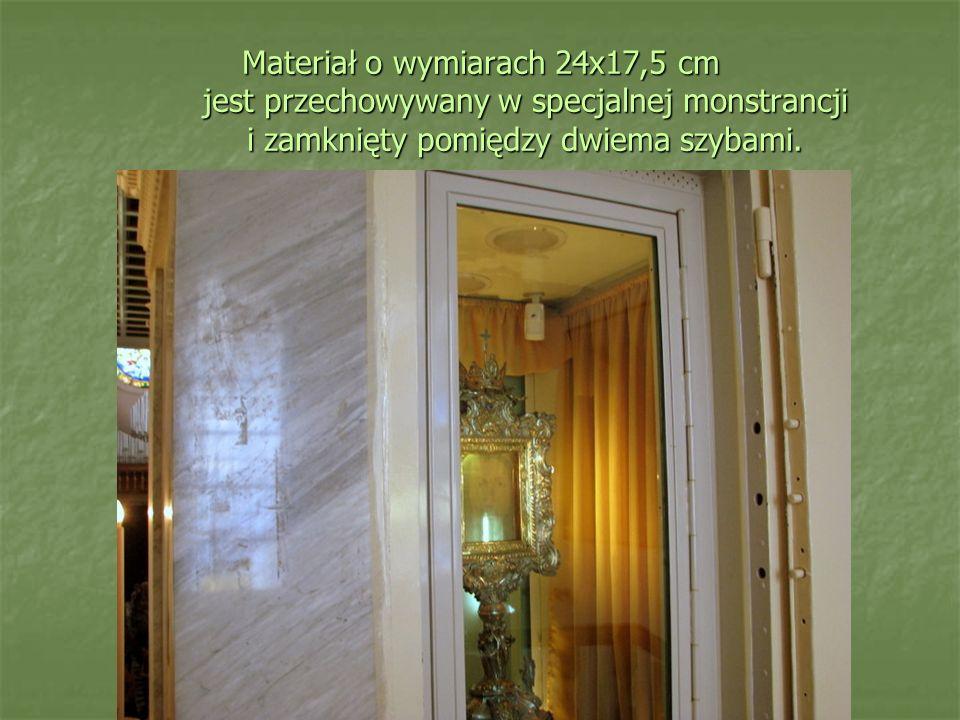 Materiał o wymiarach 24x17,5 cm jest przechowywany w specjalnej monstrancji i zamknięty pomiędzy dwiema szybami.