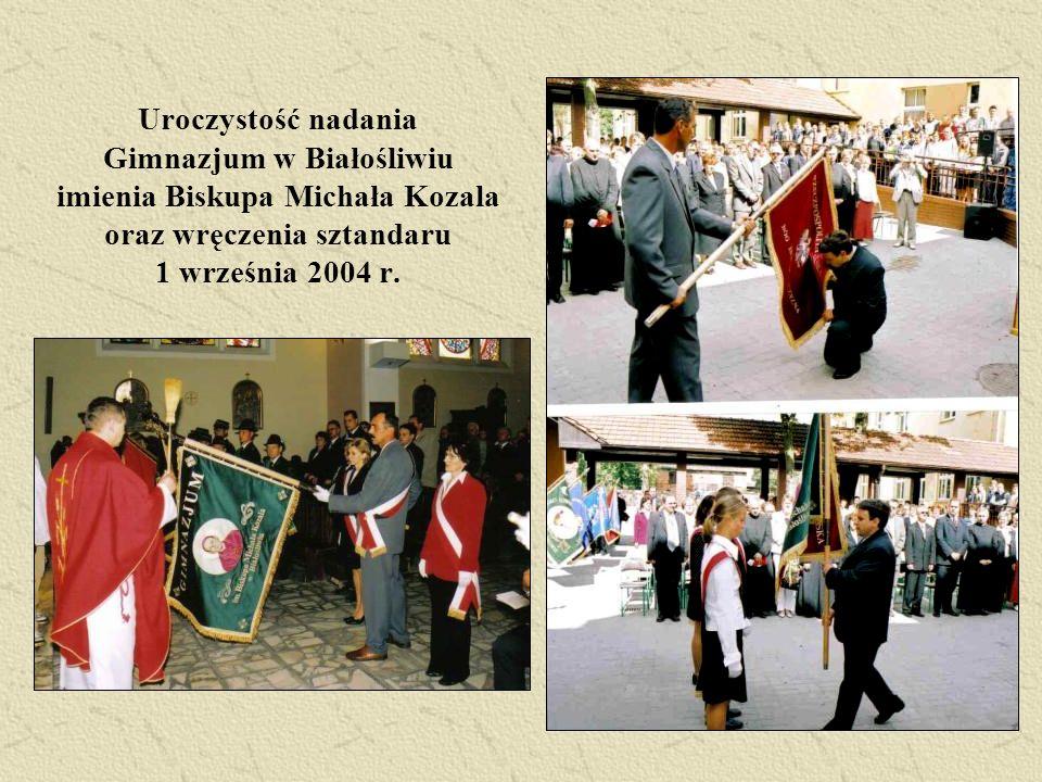 Uroczystość nadania Gimnazjum w Białośliwiu imienia Biskupa Michała Kozala oraz wręczenia sztandaru 1 września 2004 r.