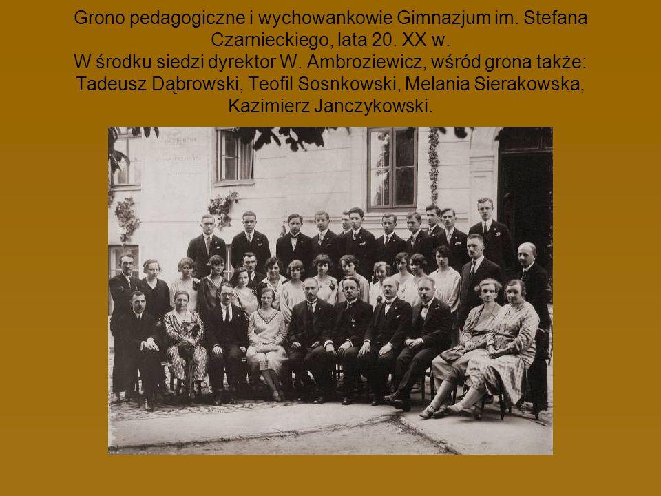 Grono pedagogiczne i wychowankowie Gimnazjum im