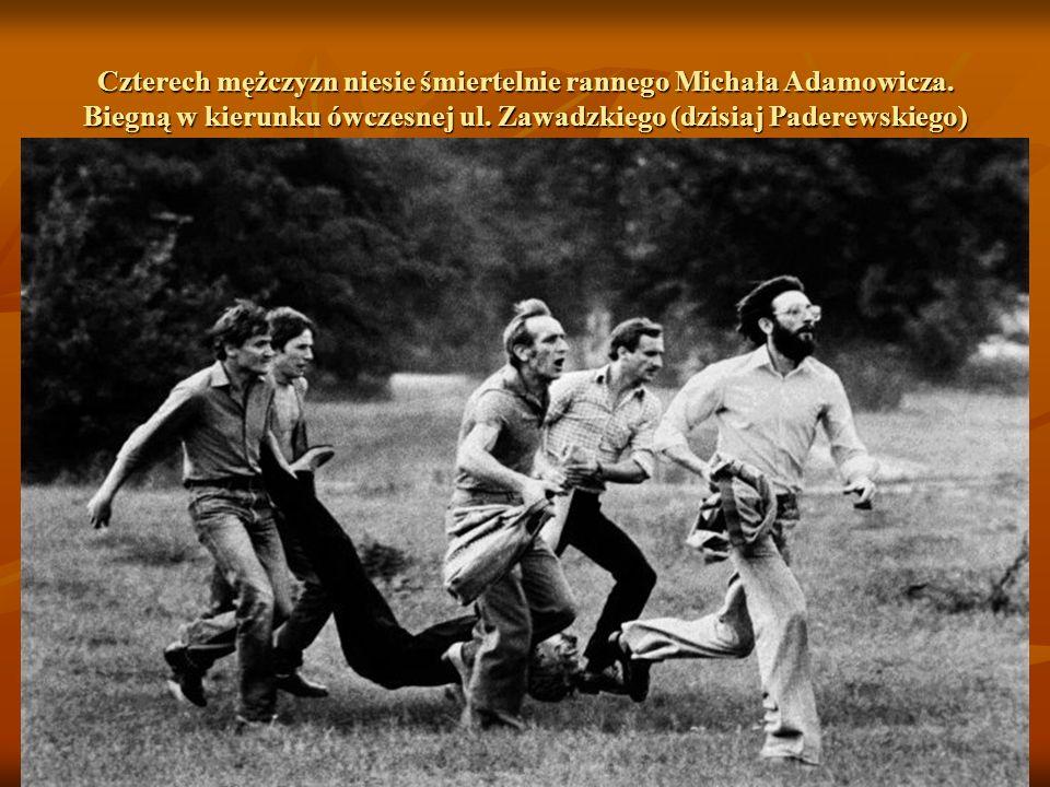 Czterech mężczyzn niesie śmiertelnie rannego Michała Adamowicza