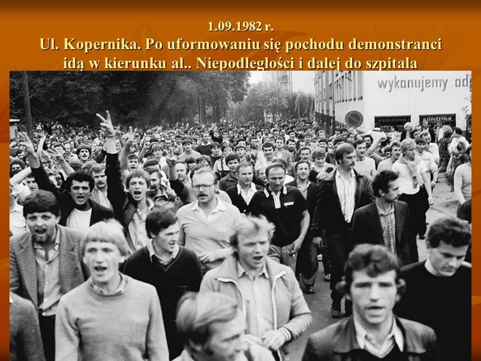 1.09.1982 r. Ul. Kopernika. Po uformowaniu się pochodu demonstranci idą w kierunku al..