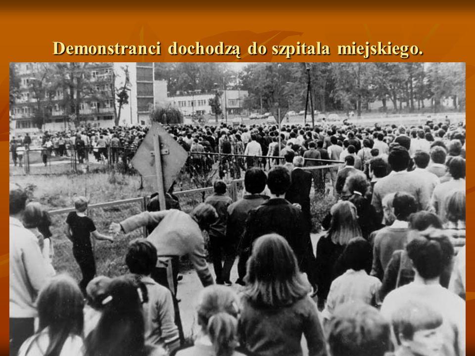 Demonstranci dochodzą do szpitala miejskiego.