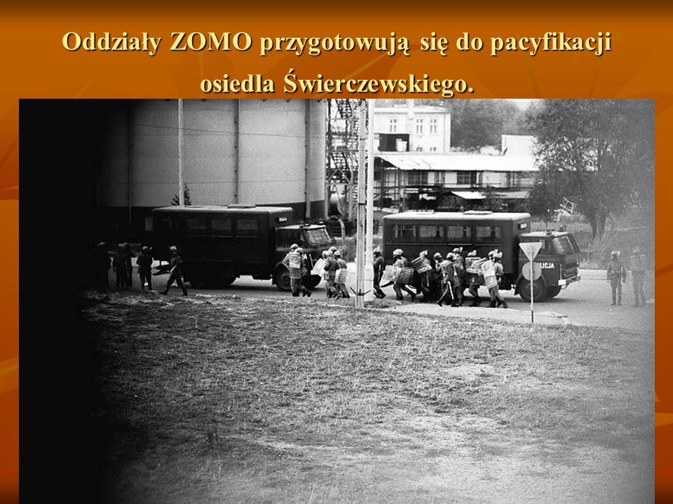 Oddziały ZOMO przygotowują się do pacyfikacji osiedla Świerczewskiego.