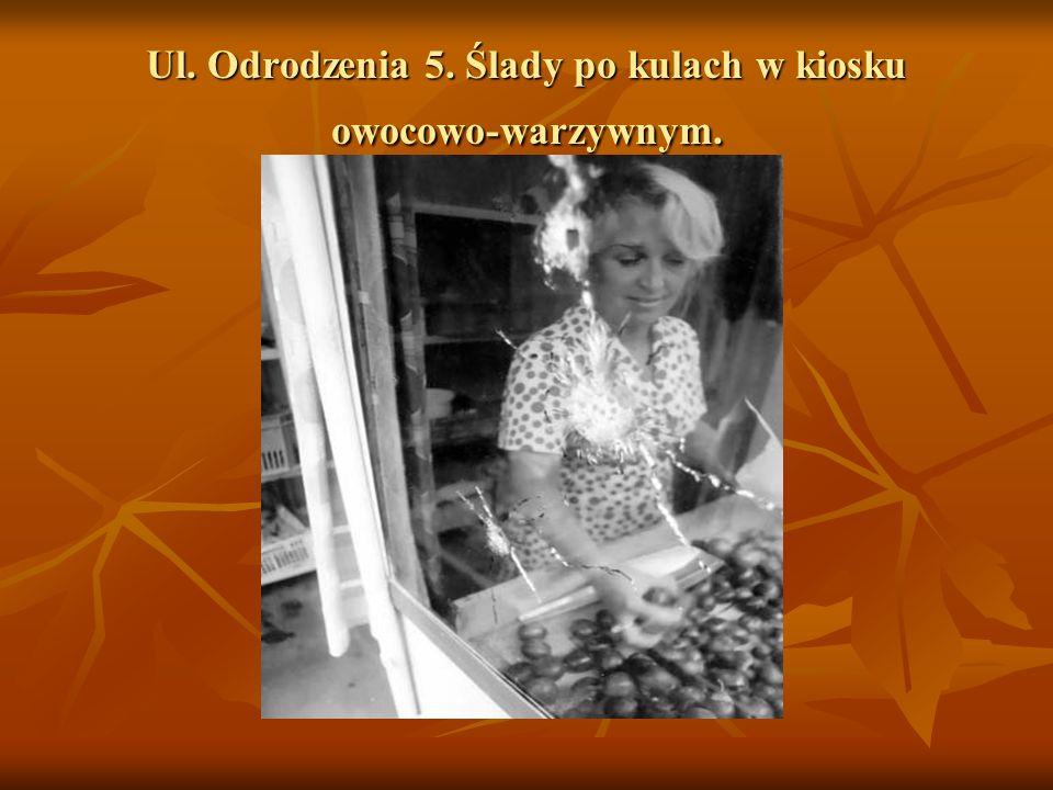 Ul. Odrodzenia 5. Ślady po kulach w kiosku owocowo-warzywnym.