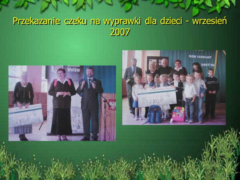 Przekazanie czeku na wyprawki dla dzieci - wrzesień 2007