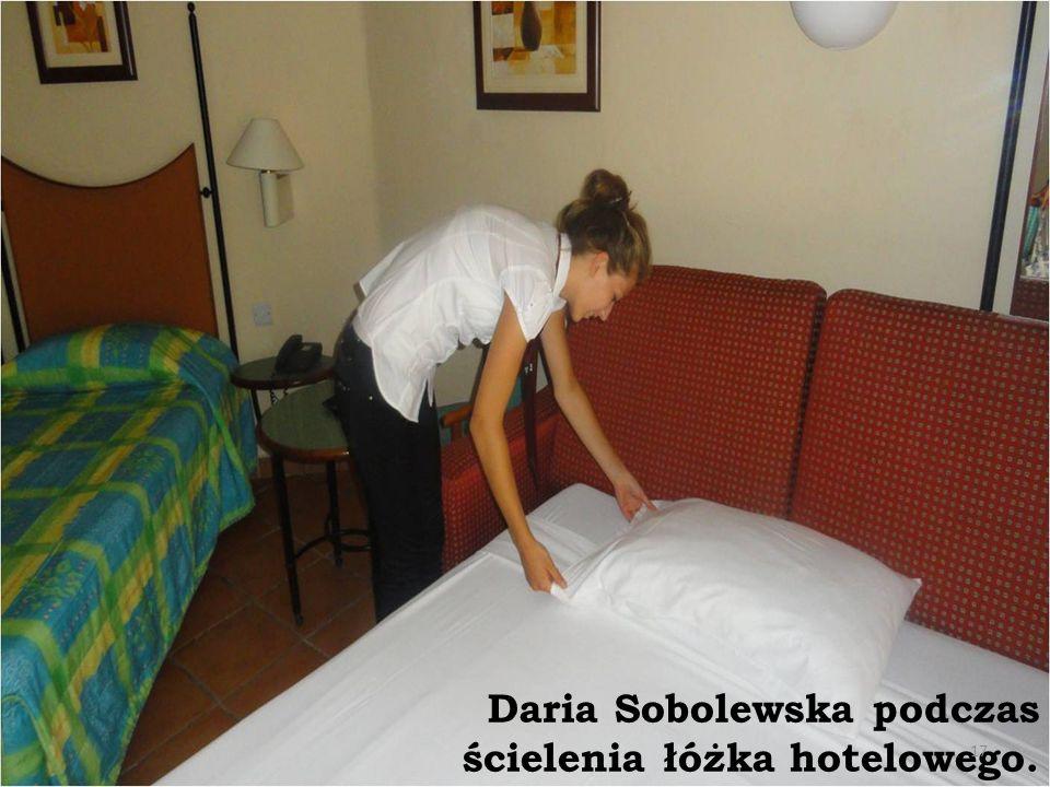 Daria Sobolewska podczas ścielenia łóżka hotelowego.
