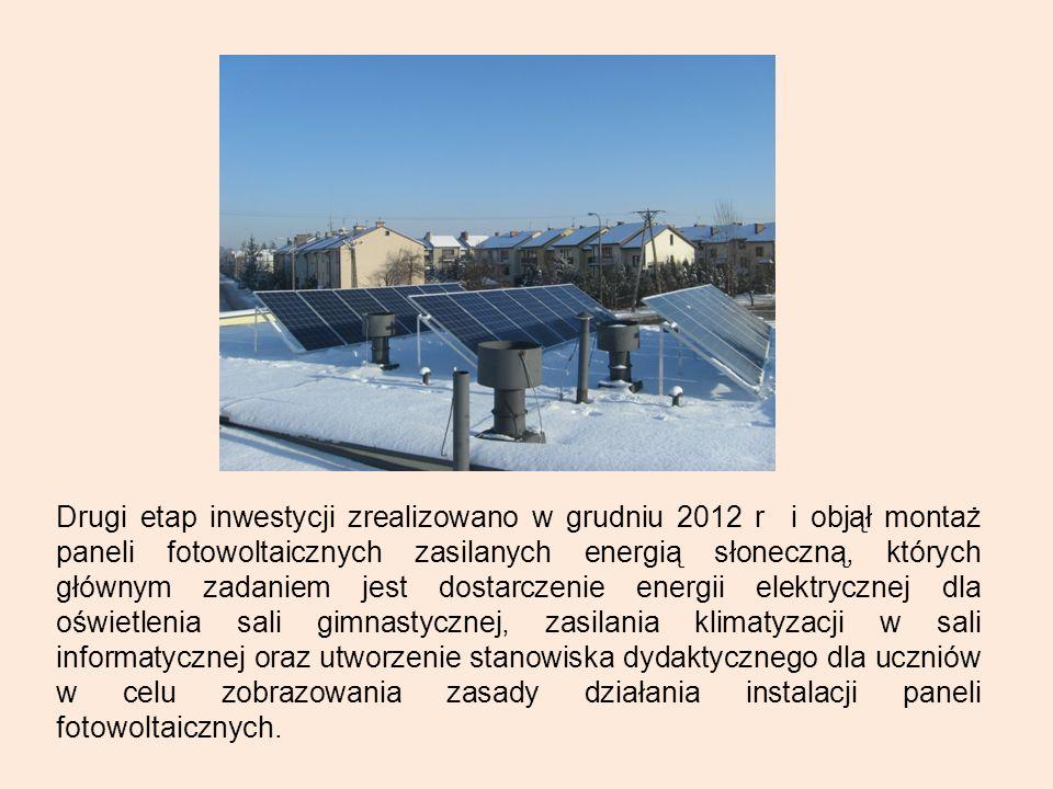 Drugi etap inwestycji zrealizowano w grudniu 2012 r i objął montaż paneli fotowoltaicznych zasilanych energią słoneczną, których głównym zadaniem jest dostarczenie energii elektrycznej dla oświetlenia sali gimnastycznej, zasilania klimatyzacji w sali informatycznej oraz utworzenie stanowiska dydaktycznego dla uczniów w celu zobrazowania zasady działania instalacji paneli fotowoltaicznych.