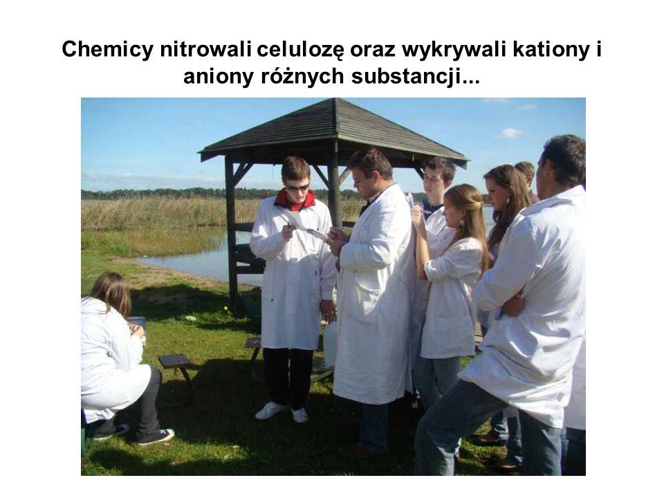 Chemicy nitrowali celulozę oraz wykrywali kationy i aniony różnych substancji...
