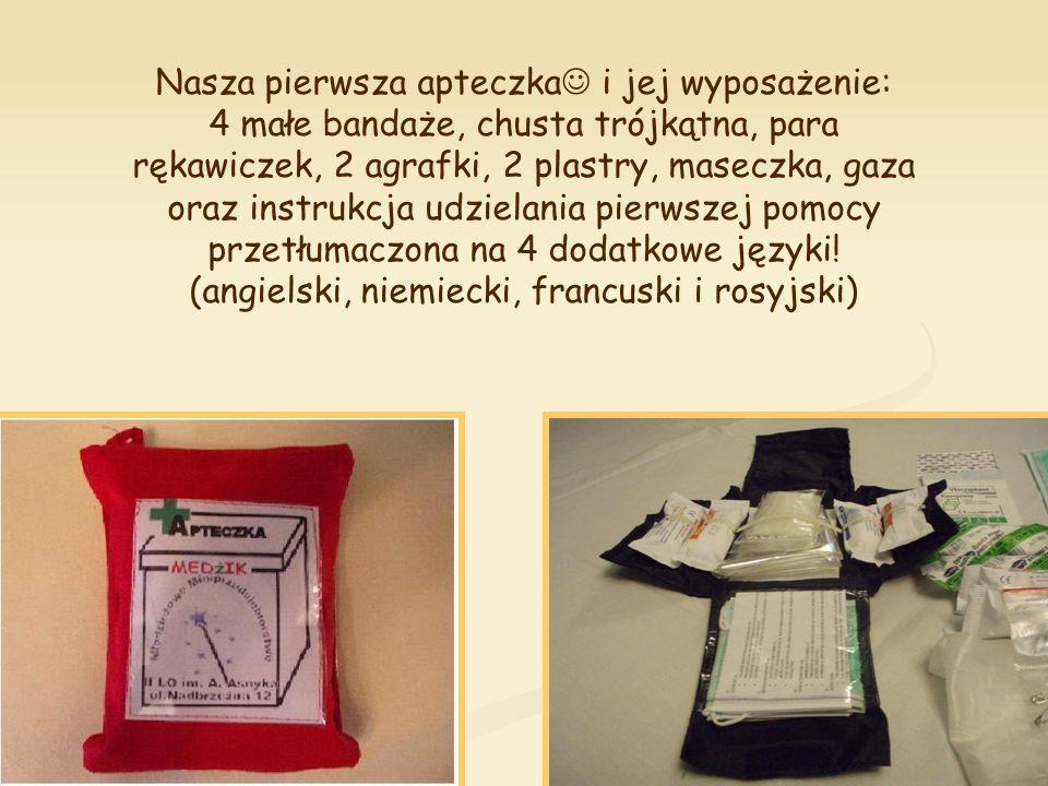 Nasza pierwsza apteczka i jej wyposażenie: 4 małe bandaże, chusta trójkątna, para rękawiczek, 2 agrafki, 2 plastry, maseczka, gaza oraz instrukcja udzielania pierwszej pomocy przetłumaczona na 4 dodatkowe języki.