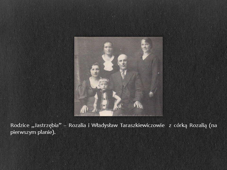 """Rodzice """"Jastrzębia – Rozalia i Władysław Taraszkiewiczowie z córką Rozalią (na pierwszym planie)."""