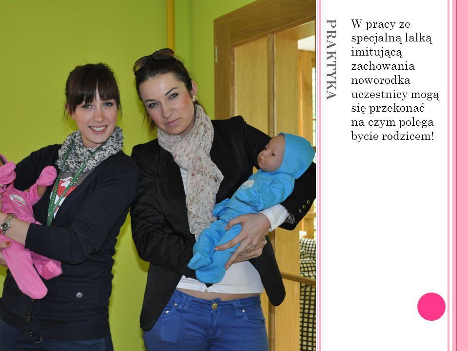 W pracy ze specjalną lalką imitującą zachowania noworodka uczestnicy mogą się przekonać na czym polega bycie rodzicem!