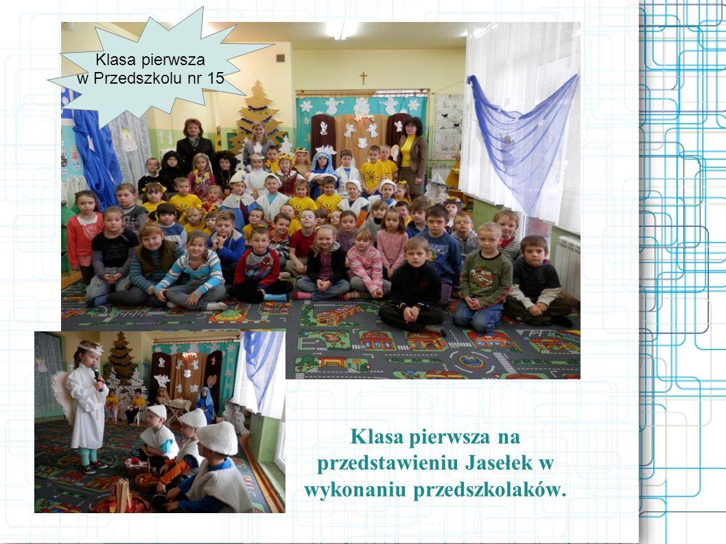 Klasa pierwsza na przedstawieniu Jasełek w wykonaniu przedszkolaków.