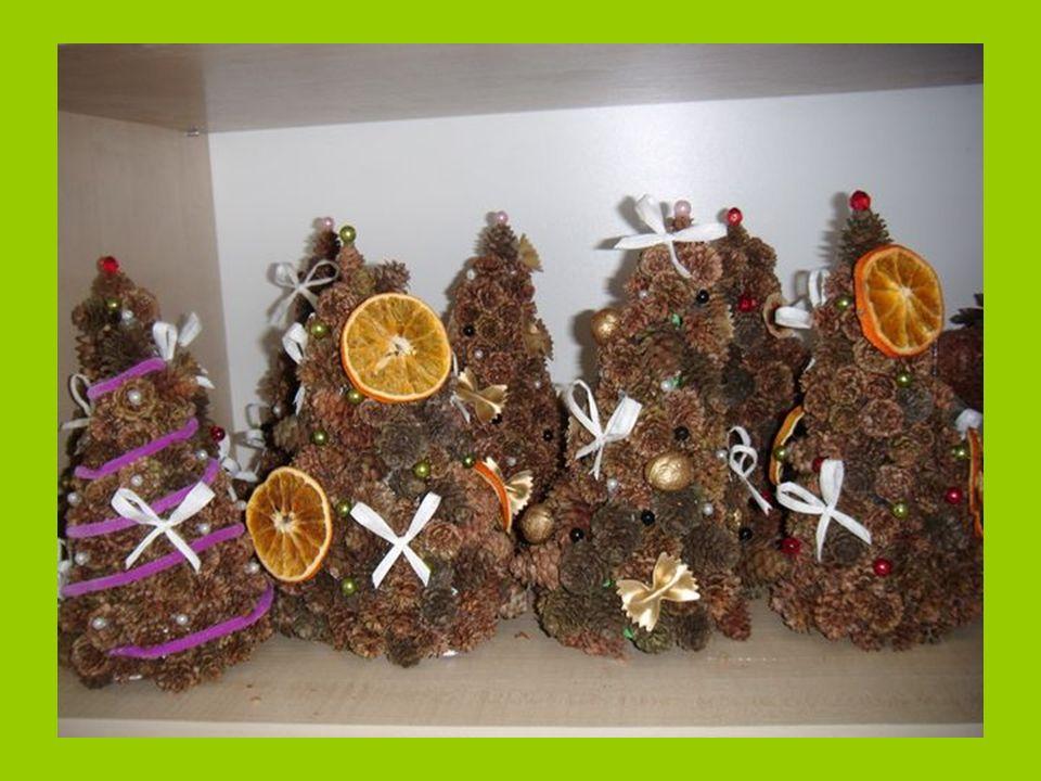 Ponadto do choinek z szyszek dokleiliśmy suszone owoce przygotowane przez nasze koleżanki oraz inne ozdoby aby były bardziej strojne .