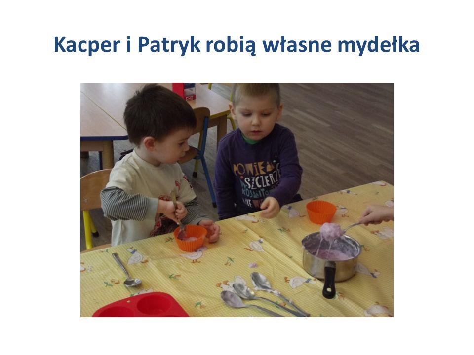 Kacper i Patryk robią własne mydełka