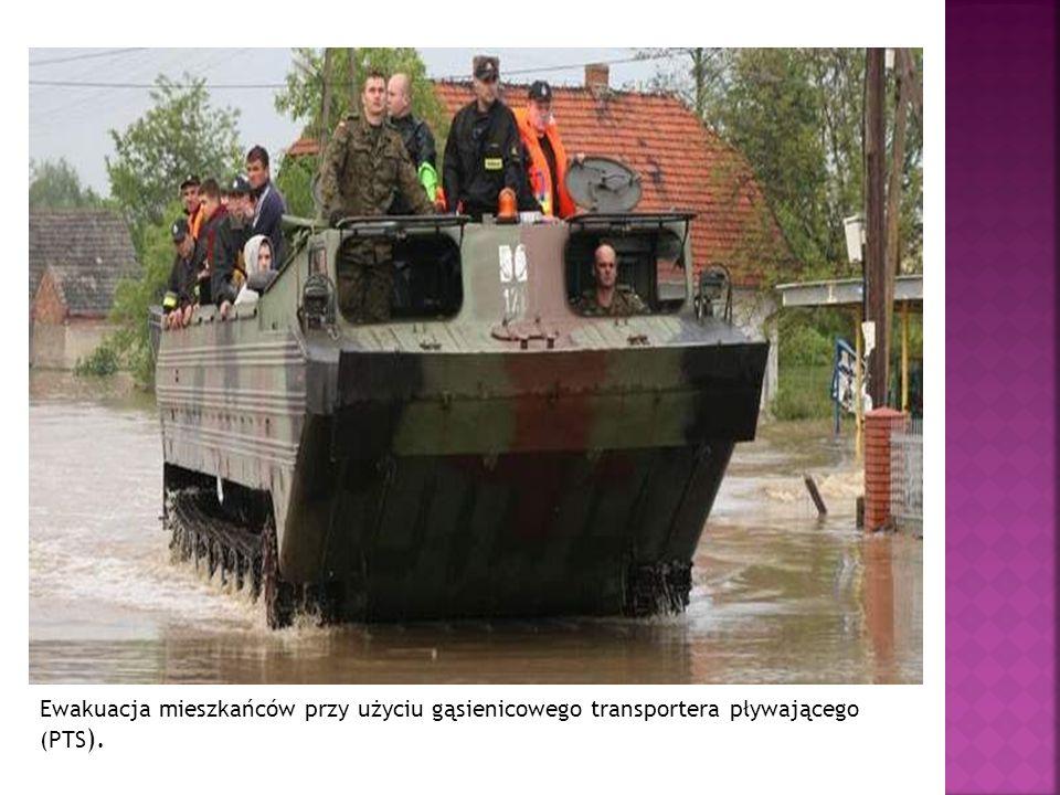 Ewakuacja mieszkańców przy użyciu gąsienicowego transportera pływającego (PTS).