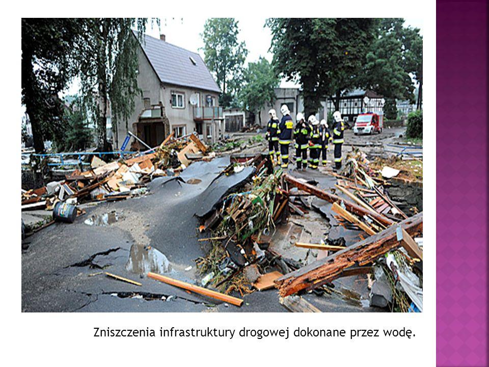 Zniszczenia infrastruktury drogowej dokonane przez wodę.