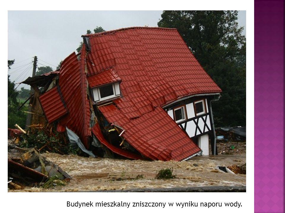 Budynek mieszkalny zniszczony w wyniku naporu wody.