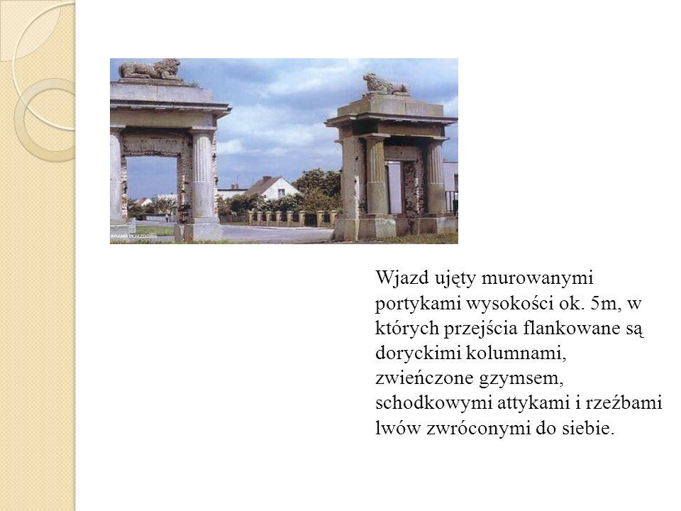 Wjazd ujęty murowanymi portykami wysokości ok