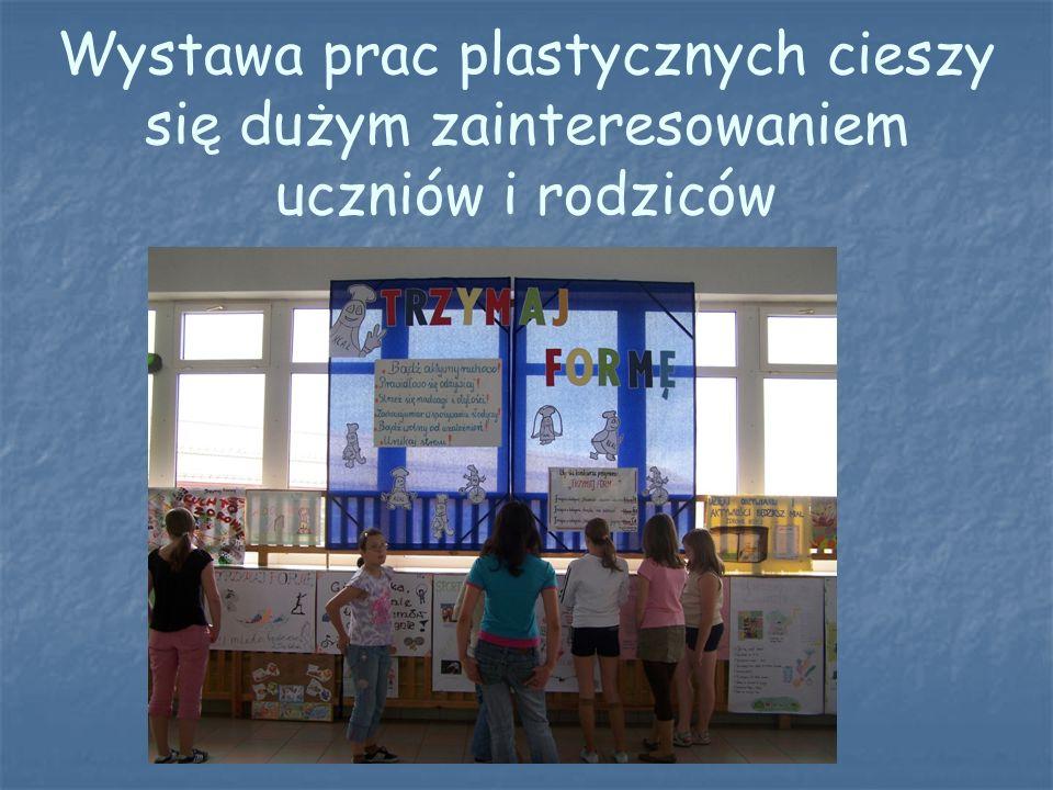 Wystawa prac plastycznych cieszy się dużym zainteresowaniem uczniów i rodziców