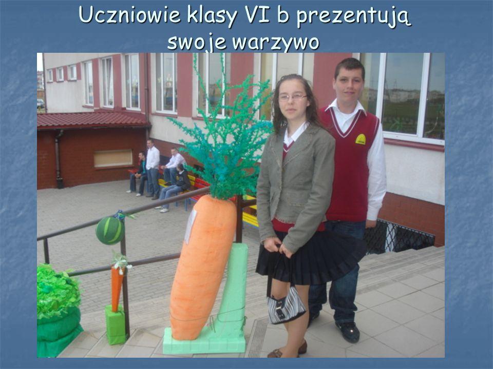 Uczniowie klasy VI b prezentują swoje warzywo