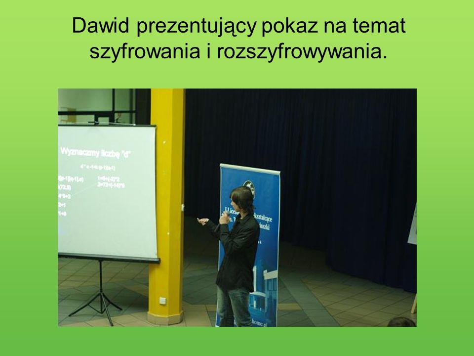 Dawid prezentujący pokaz na temat szyfrowania i rozszyfrowywania.