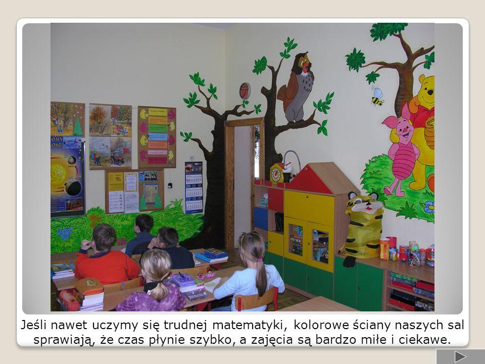 Jeśli nawet uczymy się trudnej matematyki, kolorowe ściany naszych sal sprawiają, że czas płynie szybko, a zajęcia są bardzo miłe i ciekawe.