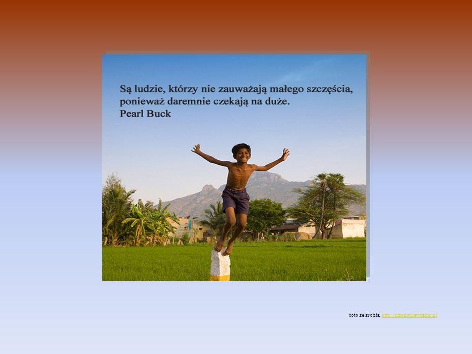"""""""Są ludzie, którzy nie zauważają małego szczęścia, ponieważ daremnie czekają na duże - powiedziała Pearl Buck (amerykańska pisarka, noblistka; zm.1973). Ty - nie czekaj. Poszukaj w tych zajęciach, które masz, choćby fragmentu - małego obszaru, w którym NIKT Cię nie pokona, bądź TAM mistrzem. Rozwijaj swoje pasje poza pracą; szukaj okazji, by uwolnić radość działania dla siebie, innych, lub - tylko dla IDEI: dla faktu, że świadomie odkrywasz i uwalniasz to, co w Tobie najlepsze. Szukaj zmian, ucz się, zdobywaj nowe umiejętności, """"rozwijaj siłę ducha . I nie rezygnuj, jeśli tak postanowisz. To najlepsze, co możesz sobie dać."""