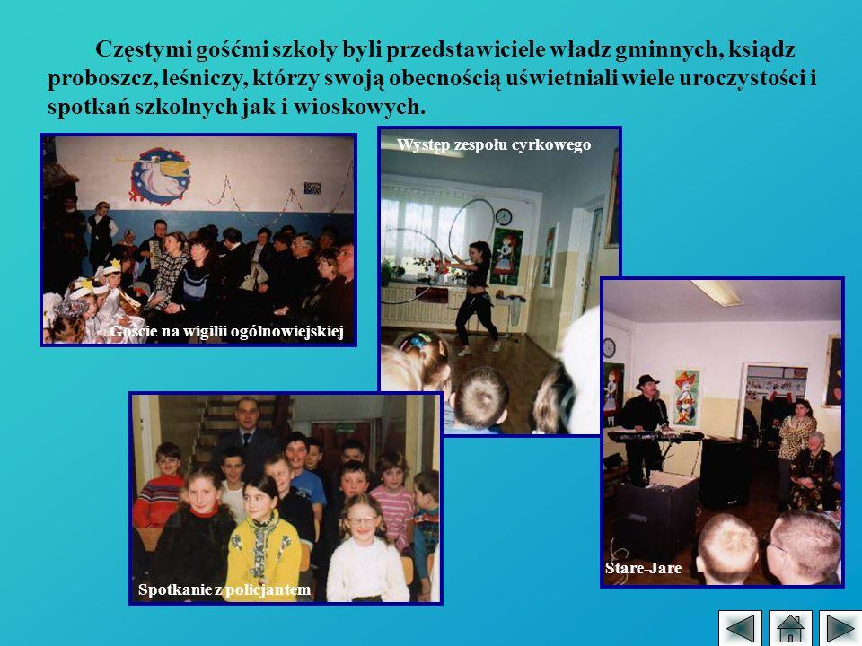 Częstymi gośćmi szkoły byli przedstawiciele władz gminnych, ksiądz proboszcz, leśniczy, którzy swoją obecnością uświetniali wiele uroczystości i spotkań szkolnych jak i wioskowych.