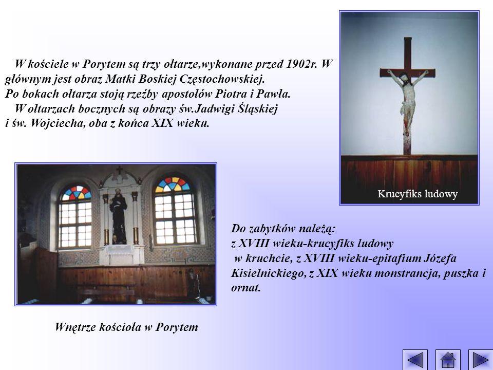 Po bokach ołtarza stoją rzeźby apostołów Piotra i Pawła.