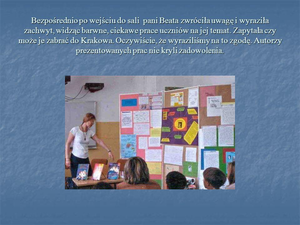 Bezpośrednio po wejściu do sali pani Beata zwróciła uwagę i wyraziła zachwyt, widząc barwne, ciekawe prace uczniów na jej temat.