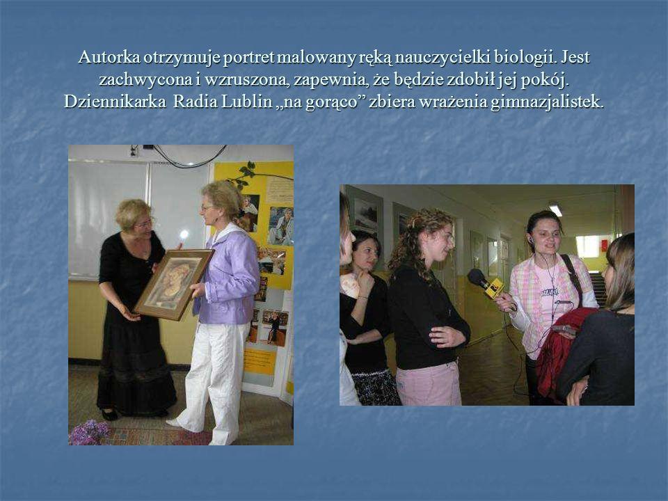 Autorka otrzymuje portret malowany ręką nauczycielki biologii