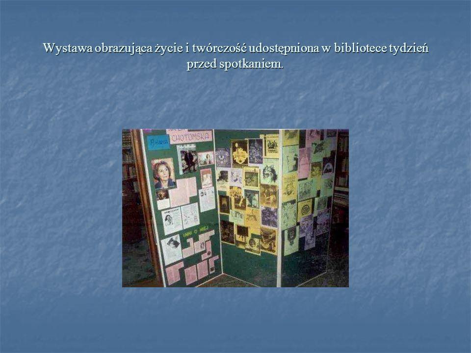 Wystawa obrazująca życie i twórczość udostępniona w bibliotece tydzień przed spotkaniem.
