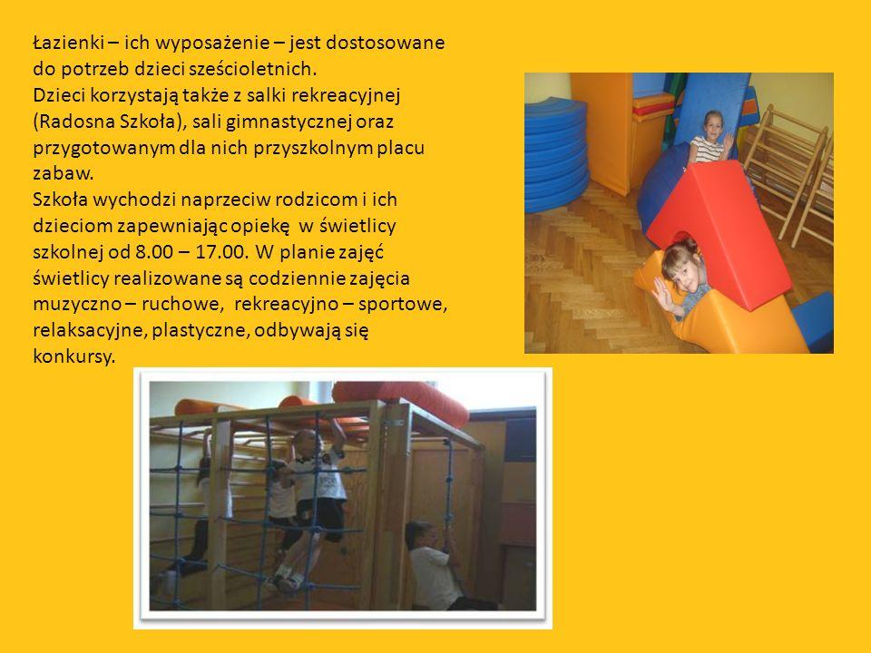 Łazienki – ich wyposażenie – jest dostosowane do potrzeb dzieci sześcioletnich.