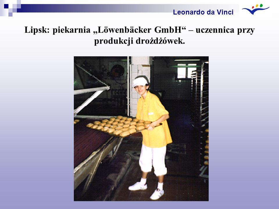"""Leonardo da Vinci Lipsk: piekarnia """"Löwenbäcker GmbH – uczennica przy produkcji drożdżówek."""