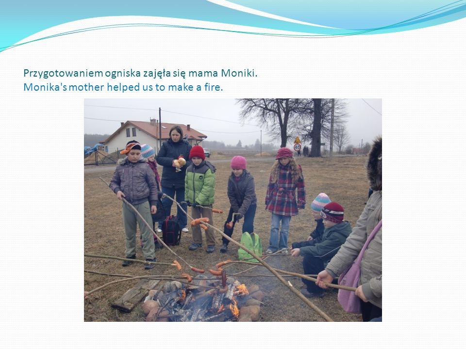 Przygotowaniem ogniska zajęła się mama Moniki