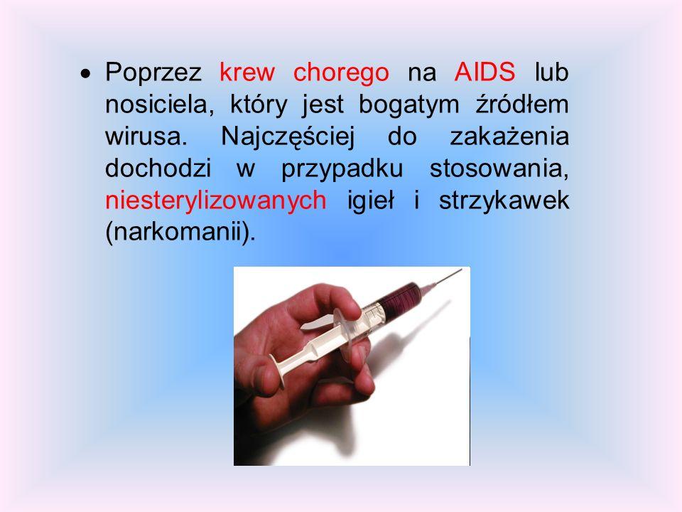 Poprzez krew chorego na AIDS lub nosiciela, który jest bogatym źródłem wirusa.