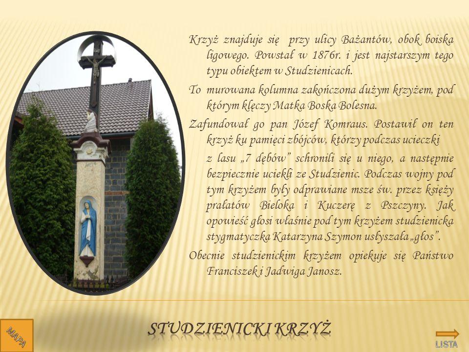 Krzyż znajduje się przy ulicy Bażantów, obok boiska ligowego