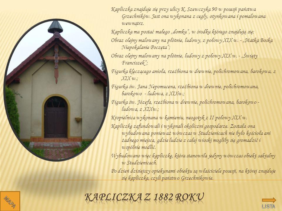 Kapliczka znajduje się przy ulicy K